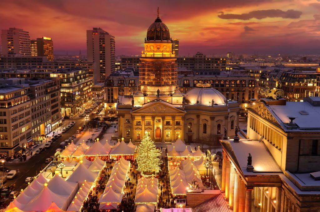 Weihnachtsmarkt auf dem Gendarmenmarkt, lizensiert bei Adobe Stock