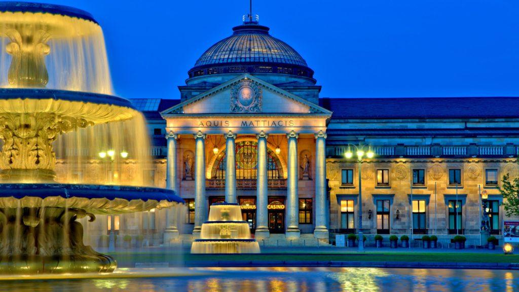 Kurhaus in Wiesbaden, lizensiert bei Adobe Stock