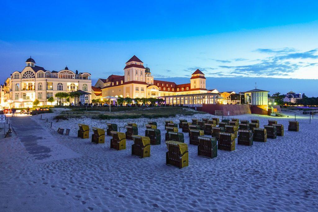 Binz Strandpromenade, lizensiert bei Adobe Stock