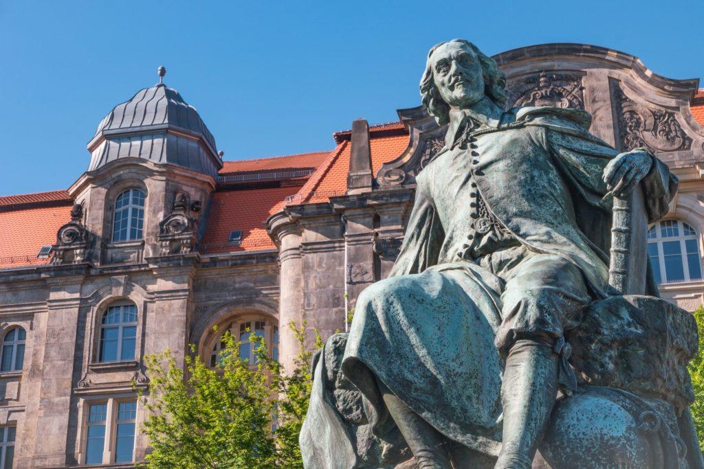 Otto von Guericke Denkmal, lizensiert bei Adobe Stock